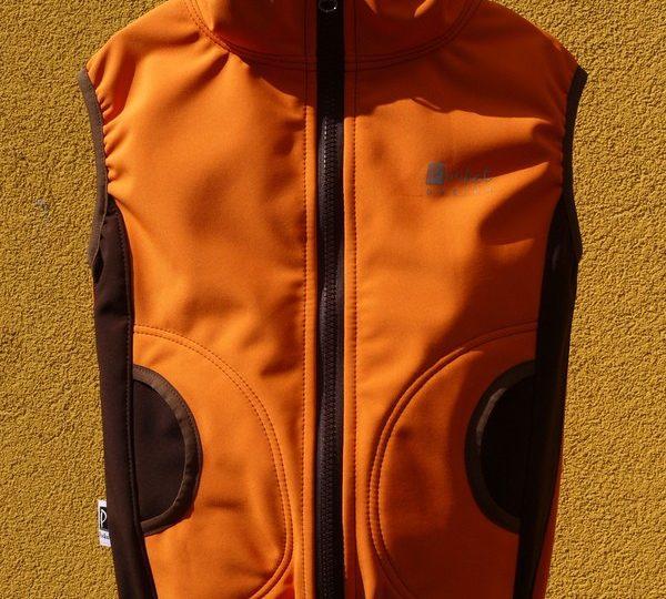 Softshellová vesta dětská oranžová doplněná hnědou