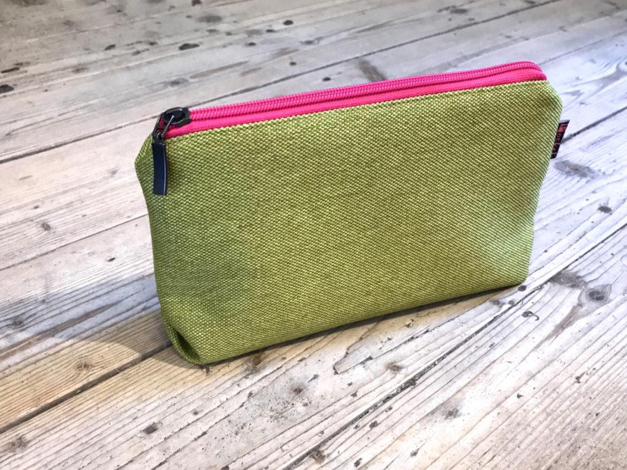 Kosmetická taštička oděruodolná zelená s růžovým zipem