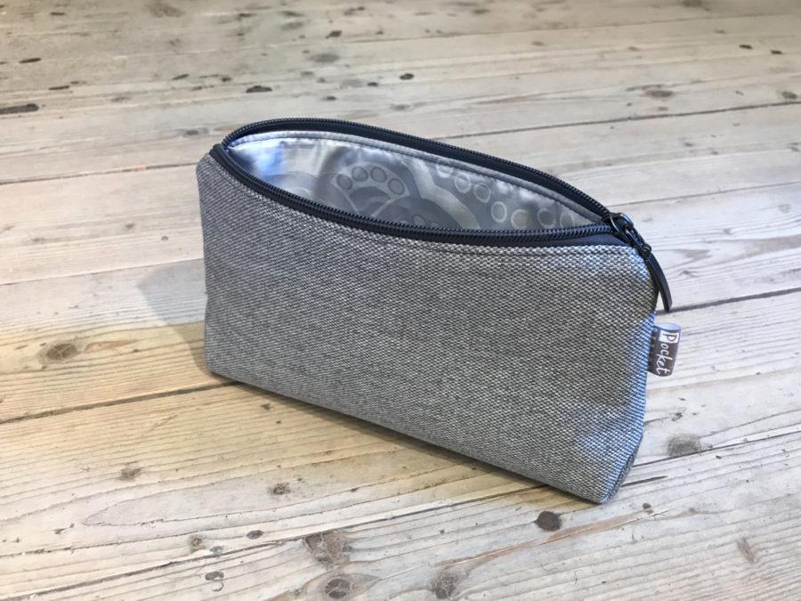 Kosmetická taštička oděruodolná šedá s antracitovým zipem