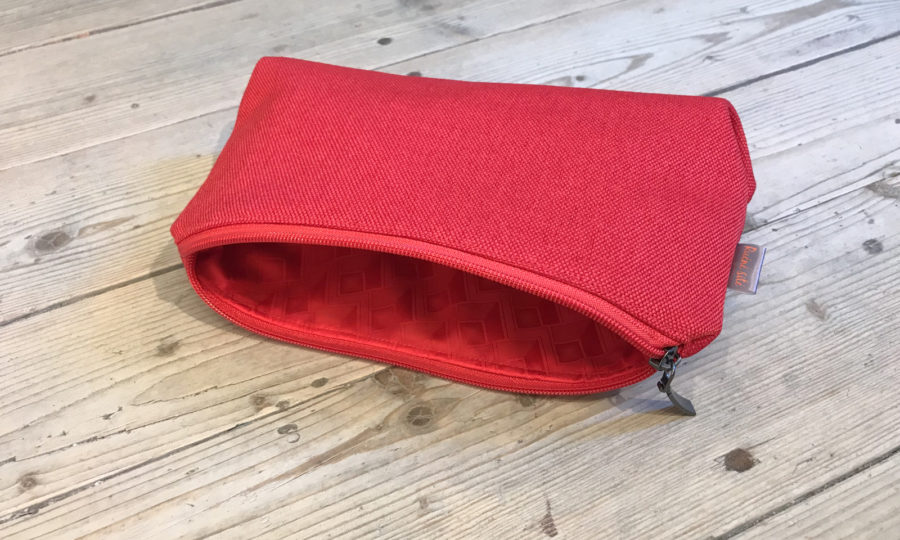 Kosmetická taštička oděruodolná červená s červeným zipem