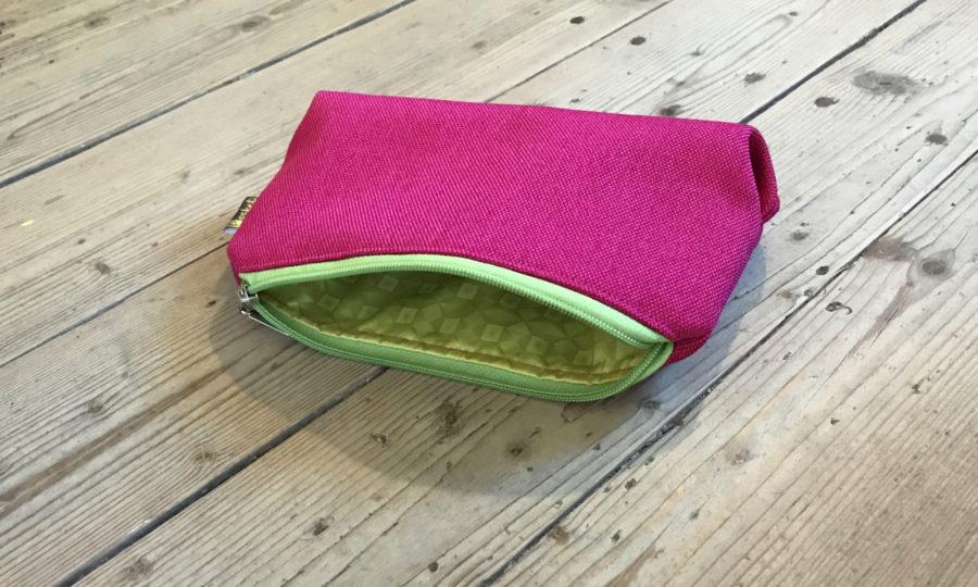 Kosmetická taštička oděruodolná růžová se zeleným zipem