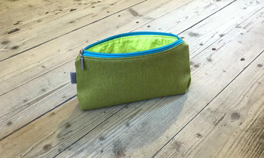 Kosmetická taštička oděruodolná zelená s tyrkysovým zipem