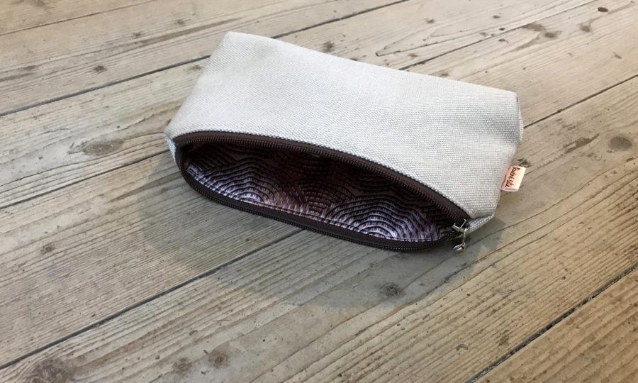 Kosmetická taštička oděruodolná béžová s hnědým zipem