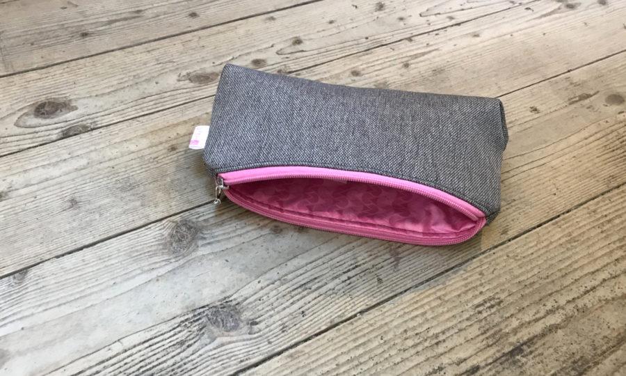 Kosmetická taštička oděruodolná šedá s růžovým zipem