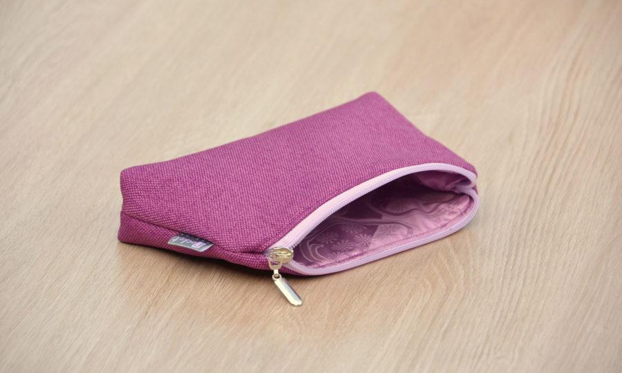 Kosmetická taštička oděruodolná fialová se světlým zipem