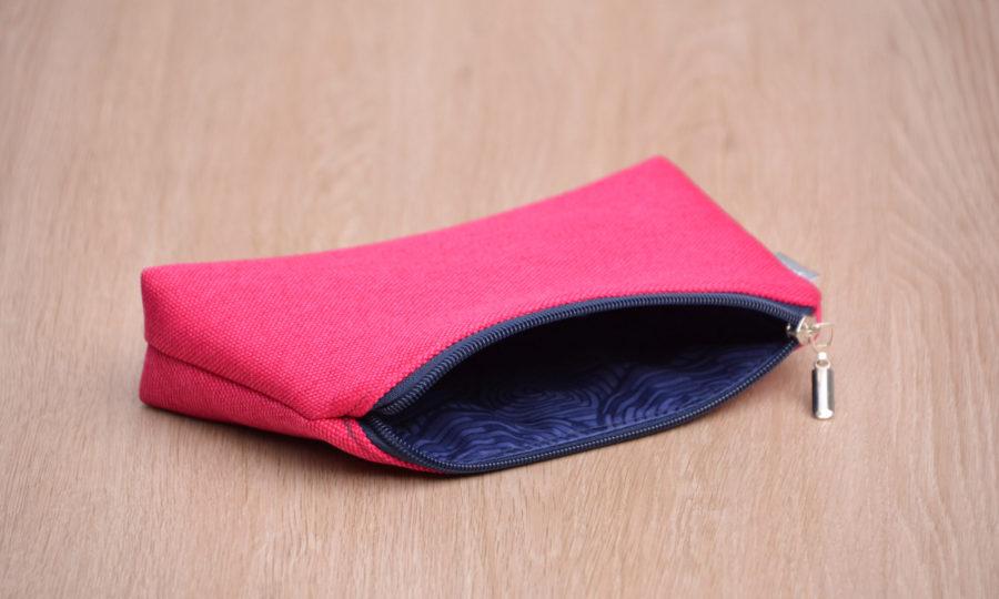 Kosmetická taštička oděruodolná růžová s modrým zipem