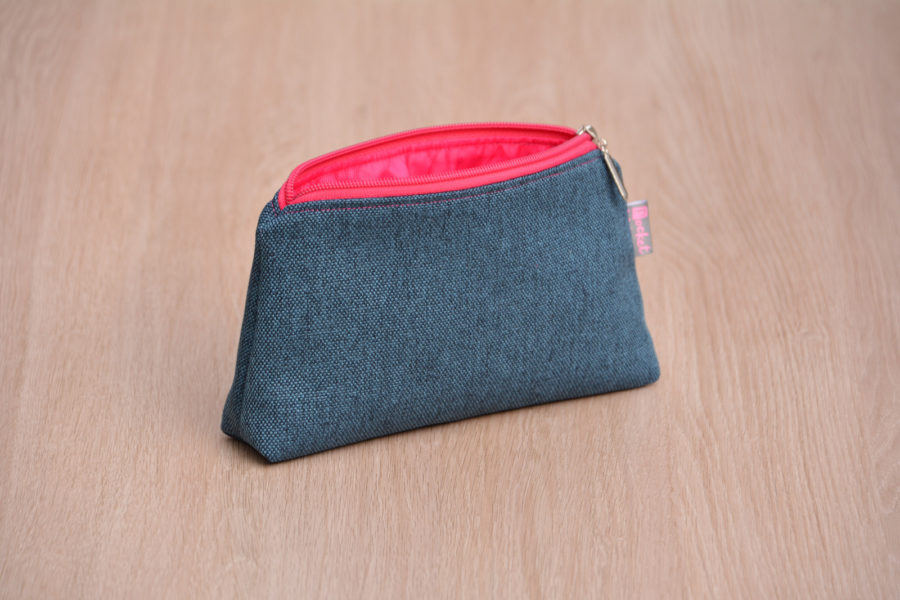 Kosmetická taštička oděruodolná modrá s růžovým zipem