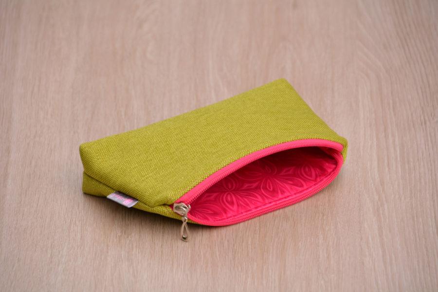Kosmetická taštička oděruodolná limetková s růžovým zipem