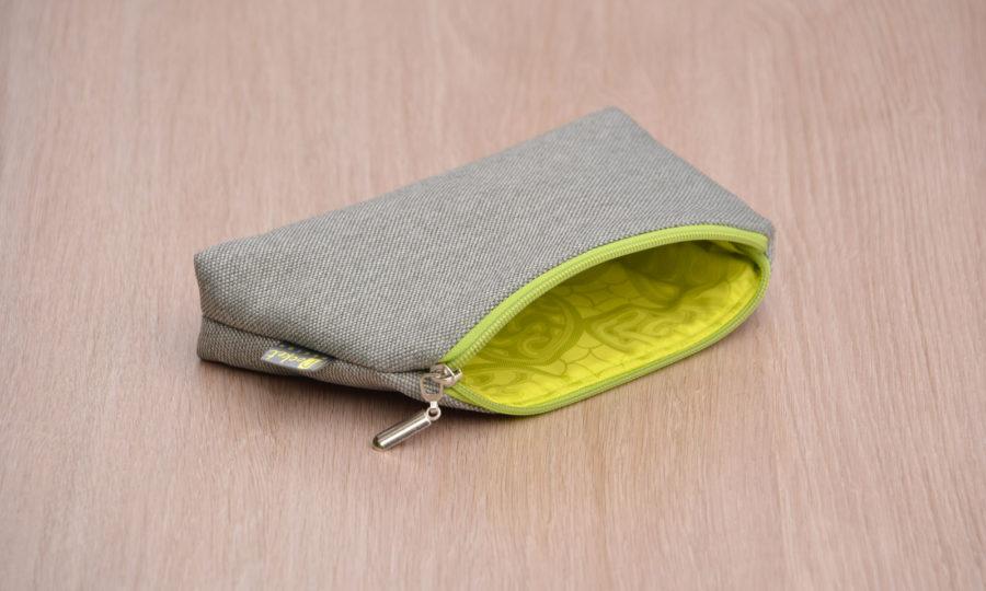 Kosmetická taštička oděruodolná šedá s limetkovým zipem