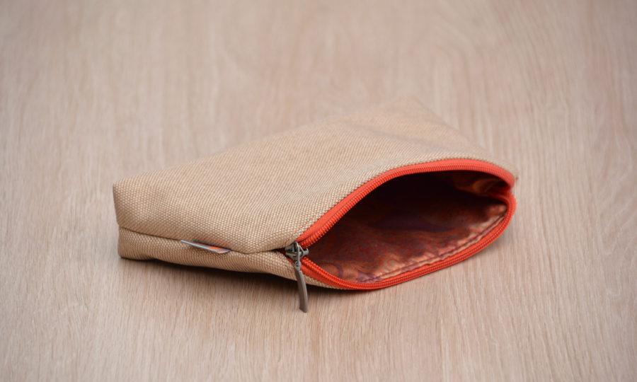 Kosmetická taštička oděruodolná béžová s cihlovým zipem